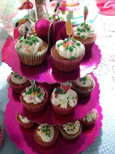 Cupcakes de vainilla rellenos de dulce de leche cubiertos con chsntilly de vainilla.