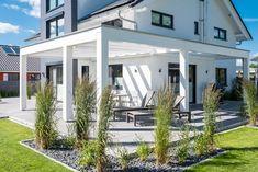 überdachte Terrasse, eingefasst mit Gräsern #architektenhaus #terrasse #stein #überdachung #gräser #kiesel #sonnenschutz #terrassenüberdachung #gestaltung