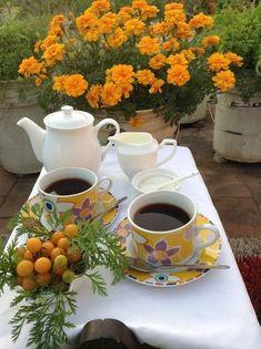 Good Morning Coffee Gif, Coffee Break, Beautiful Rose Flowers, Beautiful Flower Arrangements, Coffee Presentation, Valley Of Flowers, Good Day Wishes, Coffee Pictures, Good Morning Flowers