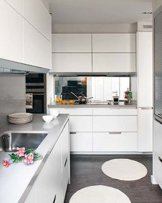 I need to paint my kitchen cabinets white because I love a white kitchen, it seems much bigger Kitchen Furniture, Kitchen Interior, Interior Design Living Room, Cocina Office, Passion Deco, Kitchen Dinning Room, White Kitchen Cabinets, Kitchen White, White Cupboards