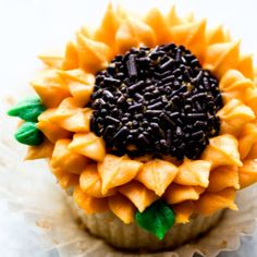 Here& how to pipe the most beautiful flower design! These sunflower cupcakes are so much easier than you& expect. Cupcake Videos, Cupcake Recipes, Dessert Recipes, Cookie Recipes, Candy Corn Cookies, Cake Cookies, Sugar Cookies, Fun Cupcakes, Cupcake Cakes