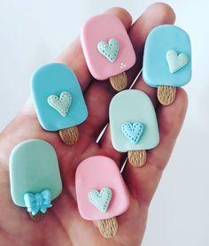 Mais sorvetinhos, picolés lindos .😍#apliqueparalaços #picole #artesanatobiscuit Polymer Clay Magnet, Clay Magnets, Oven Bake Clay, Baking Clay, Felt Hair Clips, Play Clay, Pasta Flexible, Air Dry Clay, Clay Charms