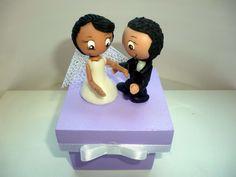 Caixa em mdf com noivos em biscuit ,pode ser feito em outras cores .