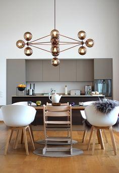 Ceiling lamp * chandelier * as highlight of the kitchen. Decoration Design, Deco Design, Küchen Design, Chair Design, House Design, Cool Furniture, Furniture Design, Space Interiors, Kitchen Styling