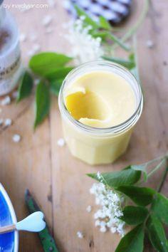 fruchtiges Holunderblüten-Curd aus Holundersirup 3 Eier》 100 g Kristallzucker《 100 ml Holunderblütensirup 《 100 g Butter in Würfeln
