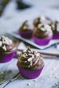 Cupcake al cioccolato, serviti con ganache fondente e riccioli di cioccolato bianco