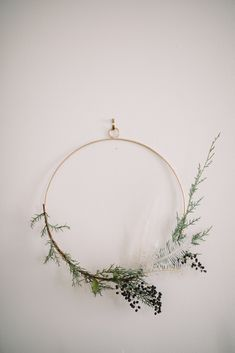 Get your dining room ready for the holidays with simple DIY mantel garlands, DIY minimalist wreaths, and Scandinavian dessert buffet styling inspiration! Minimal Christmas, Modern Christmas, Christmas Diy, Christmas Decorations, Xmas, Natural Christmas, Simple Christmas, Scandinavian Holidays, Diy Mantel