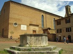 San Gimignano - Chiesa di S. Agostino (Sec. XIII) con pozzo