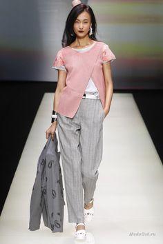Классический серый костюм Armani с короткой футболкой с изображением эмодзи - на показах Армани всегда есть место не только классике, но и чему-то новому. Дизайнер не изменяет своему стилю: он продолжает создавать костюмы для женщин, добавляя в коллекции элементы мужского стиля. При этом стиль Армани всегда вписывается в текущие тренды - обувь на плоском ходу, пудровый розовый цвет весенней коллекции 2016 и андрогинность сейчас на пике популярности.
