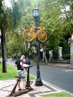 jaja een oranje fiets in de lantaarnpaal.. » Wilson