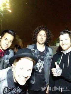 fall out boy>>> Joe looks like he just saw something terrifying Fall Out Boy, Love Band, Cool Bands, Emo, Save Rock And Roll, Soul Punk, Patrick Stump, Pete Wentz, Band Pictures