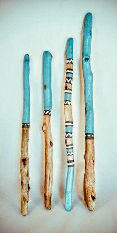 treibholz schwemmholz bild mit fluss steinen www fe ma desi - Wood Design L'endroit où acheter et vendre tout le fait main.these are just driftwood, but I would love a walking stick made like this Painted Wood Crafts, Painted Driftwood, Driftwood Art, Hand Painted, Nature Crafts, Home Crafts, Kids Crafts, Driftwood Projects, Driftwood Ideas