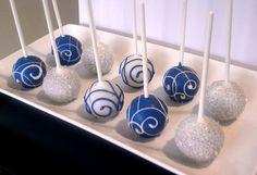 Weiße und blaue Cake Pops // White and blue cake pops #Hochzeit #CakePops #wedding