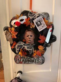 Scary Halloween Wreath, Creepy Halloween Decorations, Halloween Make, Halloween Home Decor, Halloween Projects, Halloween Horror, Halloween House, Horror Crafts, Horror Decor