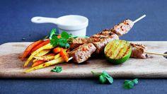 Skinkebiff på spyd med bakterotgrønnsaker og korianderraita