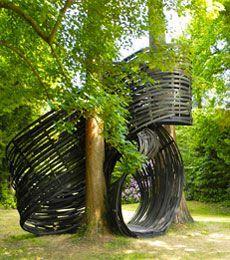 Le parc du Domaine de Kerguéhennec est un lieu de référence en matière de présentation de la sculpture contemporaine. Créé à partir de 1986 à l'initiative du Ministère de la culture, de la Drac Bretagne et du Frac Bretagne, le parc de sculptures réunit plus d'une vingtaine d'œuvres d'artistes majeurs.