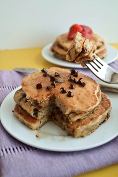 She Bakes Here: Chocolate Chip Banana Quinoa Pancakes - good choice for kids breakfast. Probably great with blueberries! Healthy Treats, Yummy Treats, Sweet Treats, Yummy Food, Yummy Yummy, Healthy Habits, Quinoa Pancakes, Quinoa Breakfast, Banana Pancakes