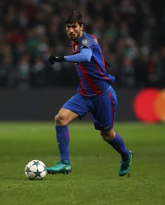 Andre Gomes of Barcelona controls the ball during the UEFA Champions League match between Celtic FC and FC Barcelona at Celtic Park Stadium on November 23, 2016 in Glasgow, Scotland.