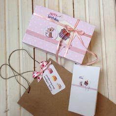 Поздравляем с днём рождения Гульназ, фронт офис менеджера отель Рамада. Доставили с шикарным букетом роз. Наша новая опция. Заказываете букет в любом цветочном и макаруны у нас, заберём букет и доставим получателю. Условия уточняйте у администратора. #комплимент #ПОДАРОК #макарон #макаруны #казань #даритевкусняшки