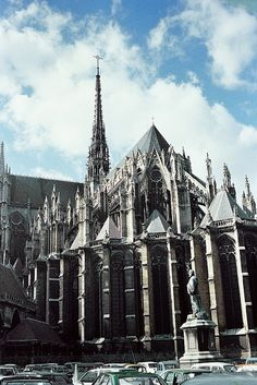 Amiens Cathedral (Cathédrale Notre-Dame d'Amiens) in France. Church Architecture, Ancient Architecture, Beautiful Architecture, Gothic Castle, Medieval Gothic, Cathedral Basilica, Cathedral Church, Images Of France, French Cathedrals