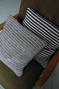 knit pillows: 2 rows of stockinette st with white, then 2 rows of garter sticht with black. Knitted Cushions, Knitted Blankets, Easy Knitting Projects, Sewing Projects, Crochet Home, Knit Crochet, Cloud Pillow, Popular Crafts, Knit Pillow