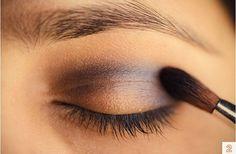tutorial makeup. brown eyes. Intotdeauna m-am intrebat ce culori as putea sa folosesc la un machiaj pentru a arata perfect. Bineinteles, am invatat in timp ca acest lucru depinde de extrem de multi factori, nu doar de culoare. Forma fetei, a gurii, a sprancenelor, pana si personalitatea fiecareia ajuta sau nu la definitivarea lookului.  Aici va prezentam un look perfect pentru posesoarele de ochi caprui. Incepem cu o culoare de baza, un fel de nude. Se aplica pe toata pleoapa. Eye Makeup, Eyes, Perfume Store, Makeup Eyes, Eye Make Up, Cat Eyes, Make Up Looks