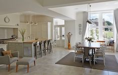Kitchens have long been the hub of family life, but designs don't always reflect that. Amelia Thorpe spoke to kitchen designer Pippa Paton to her tips on how to create a kitchen perfectly suited to sociable living. Open Plan Kitchen Living Room, Open Plan Living, Nice Kitchen, Kitchen Family Rooms, Kitchen Colors, Tom Howley Kitchens, Cottage Shabby Chic, Cocinas Kitchen, Piece A Vivre