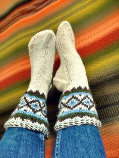 Minun mummo - tuttavallisemmin pikkumummo - teki pääasiassa kahdenlaisia villasukkia. Mummon suosimaa polvisukkamallia mie hyödynsin jo aie...