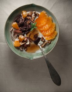 can colette: For the love of breakfast :: Yogurt con mandarina, miel, chocolate y frutos secos