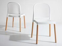 Sedia Panama pensata per l'arredo bar. Sedia prodotta in tecnopolimero o legno massell, adatta ad uso indoor e outdoor. Sedia impilabile, pratica e leggera.