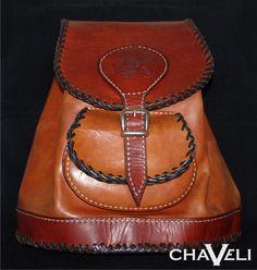 #Bolso de #cuero, tipo #mochila, realizado en #piel combinada, con grabado en la tapa y dos asas ajustables. #Chaveli, #artesanía en cuero.