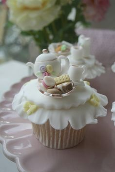 Perfect cupcakes for tea! Tea Party Cupcakes, Berry Cupcakes, Pretty Cupcakes, Yummy Cupcakes, Party Cakes, Macaroons, Mini Cakes, Cupcake Cakes, First Birthday Cakes