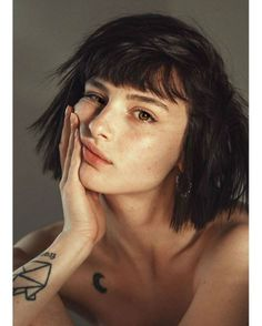 Black Hair And Green Eyes: Character Inspiration Aesthetic Drawing, Aesthetic Girl, Black Hair Aesthetic, Face Aesthetic, Girl Face, Woman Face, Illustration Inspiration, Photographie Portrait Inspiration, Face Sketch