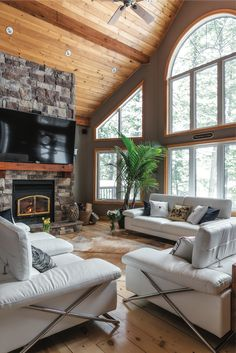 Vaulted Living Rooms, Cottage Living Rooms, Living Room Windows, Cottage Interiors, Rustic Lake Houses, Cottage Design, House And Home Magazine, Cozy House, Great Rooms