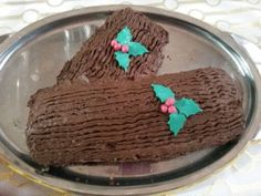 Chiffon cake al ciocvolato e crema all'arancia per il tronco di natale ricoperto di ganasce al cioccolato fondente