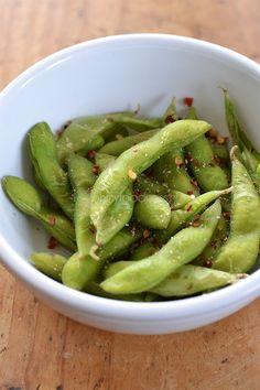 Edameme's ofwel jonge sojaboontjes worden vaak geserveerd in Japanse restaurants. Maar wist je dat ze ook een heel gezonde snack kunnen zijn?