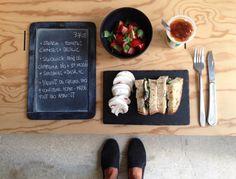 BENTO DU JOUR 30/08/2016 : Salade : tomates cerises + basilic - Sandwich : Pain de campagne bio + St Moret + sardines + basilic - Yaourt de chèvre bio + confiture home-made tout bio d'abricot