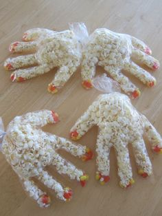 easy and so cheap for school treats - monster paws.easy and so cheap for school treats - monster paws.easy and so cheap for school treats - Diy Halloween, Adornos Halloween, Halloween Goodies, Halloween Food For Party, Halloween Birthday, Holidays Halloween, Halloween Decorations, Halloween Popcorn, Halloween School Treats