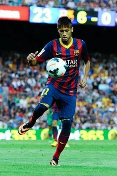 Neymar Photos - Neymar of FC Barcelona controls the ball during the La Liga match between FC Barcelona and Levante UD at Camp Nou on August 2013 in Barcelona, Spain. - FC Barcelona v Levante UD - La Liga Neymar Football, Football Icon, World Football, Neymar Pic, Ronaldo, Soccer Images, Soccer Stars, Uefa Champions League, Beauty