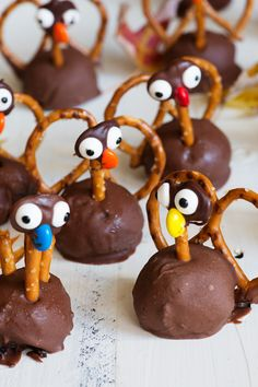 Turkey Oreo Truffles are easy and fun to make. With Oreos and cream cheese covered in milk chocolate everyone can get in on the Thanksgiving fun, gobble, gobble. Kids and adults alike will love making them. Cute Thanksgiving Desserts, Thanksgiving Turkey, Holiday Desserts, Holiday Treats, Holiday Recipes, Thanksgiving Baking, Holiday Candy, Holiday Foods, Thanksgiving Decorations