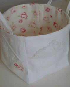 Tuto du petit sac carré Plus Fabric Boxes, Fabric Storage, Sewing Tutorials, Sewing Projects, Sewing Baskets, Creation Couture, Craft Bags, Couture Sewing, Quilted Bag