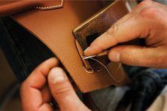 La maison Hermès est devenue au fil des décennies la marque emblématique du luxe à la française avec un savoir-faire unique et sans égal qui lui ont permis d'être la référence en matière de maroquinerie de luxe. Hermès, maison mythique du luxe connue de tous continue de faire rêver le …