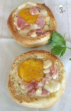 Cestini di pane con uovo prosciutto e scamorza