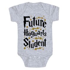 This Harry Potter baby shirt is a perfect choice of baby shower gift for any nerdy parents you happen to know, or to show off that your own little bundle of magic is a future Hogwarts student! Show your pride in the wizarding world with this nerdy baby gi Baby Harry Potter, Baby Shower Harry Potter, Harry Potter Baby Clothes, Harry Potter Nursery, Harry Potter Shirts, The Babys, Baby Outfits, Bebe Shower, Hogwarts