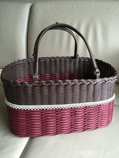 マルシェバッグのようなバスケットは、ブランケットやカーディガンをちょい置きしたい時に便利。お弁当を入れて、ピクニックにも持ち出したくなります。 Paper Weaving, Wire Weaving, Basket Weaving, Rattan, Wicker, Basket Bag, Handicraft, Pink, Crafts