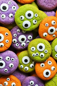 Halloween Monster Eye Cookies are easy, festive and super fun to make! Soft vanilla cookies perfectly scary with candy eyeballs. perfect for Halloween! Halloween Tags, Halloween Desserts, Halloween Cupcakes, Postres Halloween, Halloween Cookie Recipes, Halloween Cookies Decorated, Hallowen Food, Halloween Sugar Cookies, Halloween Food For Party