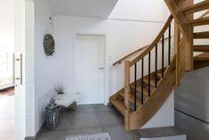 modernes Design mit klassischen Elementen kombiniert im HARTL HAUS Kundenhaus Erfahre mehr auf unserer Homepage Stairs, Home Decor, Wood Stairs, Contemporary Design, Homes, Stairway, Decoration Home, Room Decor, Staircases