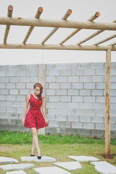 Look: vestido vermelho de arabescos com recortes para festa