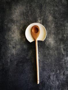"""Unsere handgemachte Löffelauflage aus Keramik, ist in Zusammenarbeit mit Karin Böckmann in ihrem Töpferatelier in Winterthur entstanden. Sie löst ein häufiges Küchenproblem: Was tun mit Kochlöffel und Besteck, während man beim Kochen abschmeckt und umrührt? Die einzigartige Ausschnittseite des """"ANA+NINA Spoon Rest"""", eignet sich perfekt für alle Formen und Grössen von Kochlöffeln und Besteck. Spoon Rest, Winterthur, Tableware, Blog, Cutlery, Handarbeit, Christmas Presents, Recipes, Dinnerware"""