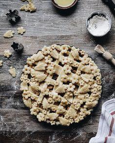 These Three Easy Pie Crust Designs Are Almost Too Pretty to Eat via Brit Co Pie Dessert, Dessert Recipes, Creative Pie Crust, Beautiful Pie Crusts, Pie Crust Designs, Pie Decoration, Pies Art, No Bake Pies, Just Desserts